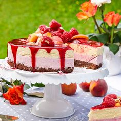 Peach melba-tårta – lika vacker som god! Peach Mousse, Strawberry Mousse, Frozen Desserts, Summer Desserts, Just Desserts, Bagan, Peach Melba, Pie Dessert, Fruit Dessert