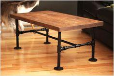 Tavolino con tubi idraulici e piano in legno riciclato