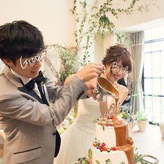 * キャラメルソースで カラードリップケーキ。 . ケーキ入刀にこだわりはなかったので、 代わりに流行りのカラードリップをやってみた。 . なんと、この式場でやるのは初めてなんだとか⍤⃝ . ソースのかけ方合ってるのか分かんないけど、 結構楽しめたかな! . #結婚式レポ #カラードリップケーキ #ウェディングケーキデザイン #フレアージュ桜坂