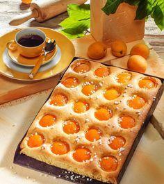 Einfache und leckere Torten- und Kuchenrezepte: Aprikosenkuchen vom Blech - Zubereitung des Rezepts: Sonnenblumenöl mit Zucker, Vanillezucker, Salz und Zitronensaft gut verrühren ...
