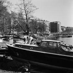 Veneitä kunnostetaan talven jälkeen Taivallahden rannassa.... Boat, Dinghy, Boats, Ship