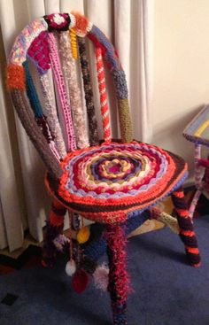 Yarn Bombing Chair Freeform Crochet, Knit Crochet, Christmas Hanging Baskets, Guerilla Knitting, Seat Covers For Chairs, Yarn Bombing, Yarn Crafts, Craft Fairs, Furniture Makeover