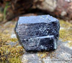 La tourmaline, également appelée schorl, est une pierre drainante. Elle est connue pour son action protectrice contre les ondes électomagnétiques (wifi, appareils électriques,...).Elle protège du radon, gaz émis par certaines failles dans le sol. Elle...