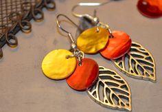 Boucles pour oreilles percées en métal argenté sans nickel, breloque feuille en métal argenté, nacre rouge et orange : Boucles d'oreille par tessness