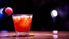 De feestdagen komen eraan en dan wordt er wel eens een glaasje alcohol gedronken. Sommige mensen kennen geen stop en blijven drinken. Hier hebben ze achteraf spijt van wanneer ze wakker worden met een kater. Een kater ontstaat wanneer onze lever het alcohol niet meer kan verwerken. De alcohol gaat dan rond in ons lichaam en daar krijgen we hoofdpijn van.