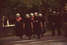 Staphorst. Inwoners van Staphorst gaan in klederdracht, hier vermoedelijk, naar de kerk. #Overijssel #Staphorst