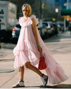 Are These Sneakers the Next Cool-Girl Shoe Style? - Are These Sneakers the Next Cool-Girl Shoe Style? Are These Sneakers the Next Cool-Girl Shoe Styl - Pinterest Mode, Fashion Week, Fashion Outfits, Paris Fashion, Spring Fashion, Women's Fashion, Fashion Trends, Looks Street Style, Vestido Casual