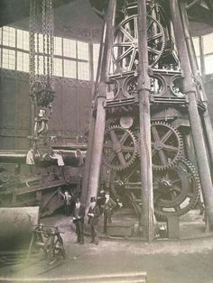 Vileo: During the Industrial Revolution a factory system was set up, which is essential to the improvement of modern technology. Antique Tools, Vintage Tools, Bg Design, Abandoned Factory, Industrial Machinery, Industrial Architecture, Steampunk Design, Industrial Photography, Industrial Revolution