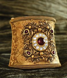 A complete Hallmarked Showroom of Gold & Diamond ornaments. Gold Bangles Design, Gold Earrings Designs, Gold Jewellery Design, Indian Jewelry Earrings, Real Gold Jewelry, Jewelery, Antique Jewellery Designs, Gold Necklace Simple, Gold Bracelets