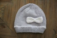 Explanations to easily make small baby booties at the trico . Knitting For Kids, Baby Knitting Patterns, Loom Knitting, Wooly Hats, Knitted Hats, Crochet Bebe, Knit Crochet, Baby Kind, Garter Stitch