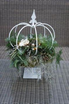 Bekijk de foto van Liha met als titel Ijzeren kroon op voet met kerstgroen en lichtjes. en andere inspirerende plaatjes op Welke.nl.