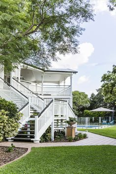 🌟Tante S!fr@ loves this📌🌟 Take a tour of a gracious, renovated six bedroom Queenslander in Brisbane's Inner North, decorated in the popular Hamptons style decor. Die Hamptons, Hamptons Style Decor, Beach Cottage Style, Coastal Style, Beach House, Modern Coastal, Cabana, Queenslander House, Weatherboard House