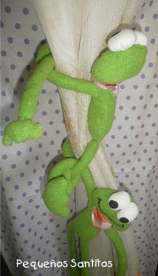 una rana loquita para agarrar las cortinas