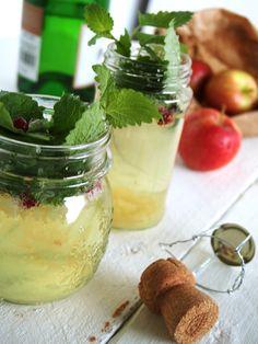 Syksyinen skumppaomenadrinkki:  1 rkl omenasosetta, 1-2 dl kuivaa skumppaa Koristeluun granaattiomenan siemeniä, sitruunamelissan lehtiä. Valmistusohje  Laita lusikallinen omenasosetta lasin pohjalle. Kaada lasi melkein täyteen skumppaa ja täytä loppuun sitruunamelissan lehdillä ja granaattiomenan siemenillä.