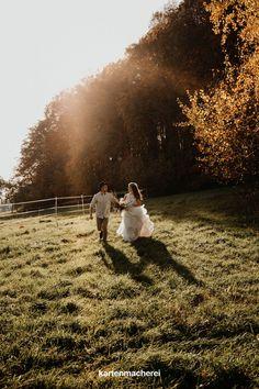 Braut mit verspielten Tüll-Kleid und Bräutigam mit Hut rennen dem Sonnenuntergang entgegen. Couple Photos, Couples, Outside Wedding, Sunset, Getting Married, Wedding Bride, Summer, Nice Asses, Couple Shots