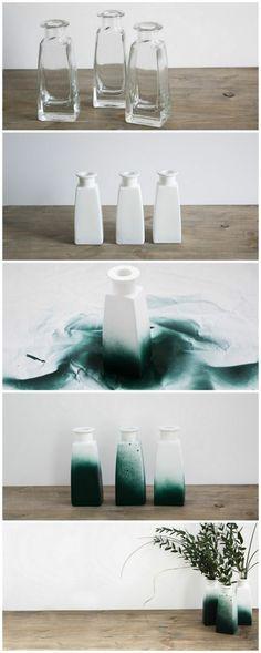 joli vase haut en blanc et vert, vase transformé grâce à la peinture en bombe