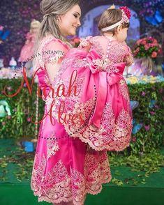 Muito amor por uma imagem @claurianachacon e sua princesa Cecília vestem Cecilia Cavalcante!!! Foto por Nara Alves Baby Girl Frocks, Frocks For Girls, Little Girl Dresses, Flower Girl Dresses, Baby Girl Birthday Dress, Birthday Dresses, Baby Dress, Mommy And Me Outfits, Family Outfits
