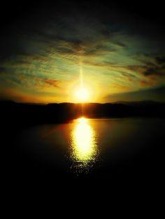 Τελικά 1-2 φωτογραφίες καταφέρνω να κλέψω από το πέρασμα του, όλο τον χειμώνα τα ηλιοβασιλέματα μου γίνονται έμμονη ιδέα, έρωτας θα έλεγα, έχω ερωτευθεί παράφορα και όλοι ξέρουμε πως οι ερωτευμένοι ηλιοβασιλέματα ψάχνουν και ρομαντικά τοπία για να ''σμίξουν''.