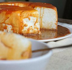 """- """"Floating Island Cake"""" in Caramel and Dulce de Leche - floating island-dessert into a cake pan, looks good. Island Cake, Island Food, Mexican Food Recipes, Sweet Recipes, Dessert Recipes, Cheesecake Recipes, Dessert Ideas, Floating Island Dessert, Baked Meringue"""
