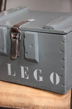 Caisse militaire devenue caisse à lego