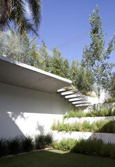 Ramat Hasharon House 13 by Pitsou Kedem Architects - Modern Architecture Details, Landscape Architecture, Landscape Design, Garden Design, Contemporary Landscape, Residential Architecture, Architect House, Architect Design, Vertical Garden Plants