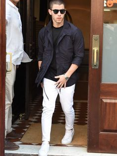 White jeans for men can be beneficial when you are going out on a regular basis. The advantages of these jeans should be checked when you are going to invest. White Outfit For Men, White Pants Men, Best White Jeans, White Pants Outfit, Smart Casual, Men Casual, Mens Fashion Suits, Fashion Menswear, Men's Fashion