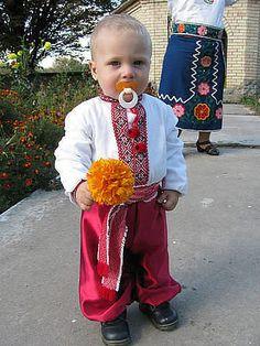 Дітям треба тепло і сонце, Щастя, радість, любов без меж! І гаряче відкрите серце, І травичка зелена — теж!  І на росянім лузі квіти — Вся земля у красі п'янкій! Щоб сміятися, щоб радіти Наші діти могли на ній!  Дітям треба всього багато: Небо, зорі і щирість слів. А найбільше — це мама й тато. Кожен з них, щоб дітей любив.