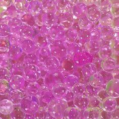 Géniales ! Ce sachet de perles d'eau fuchsia va vous permettre d'imaginer une multitude de centres de table mariage, anniversaire, baptême... Versez-les dans une vasque ou dans un vase, ajoutez 1 litre d'eau, attendez 8 heures et elles se transforment en grosses billes transparentes ou de couleurs. Il ne vous reste plus qu'à y piquer vos fleurs fraîches Sachet de perles d'eauDiamètre de chaque bille après trempage : 8 mmPoids du sachet avant trempage: 20 grs