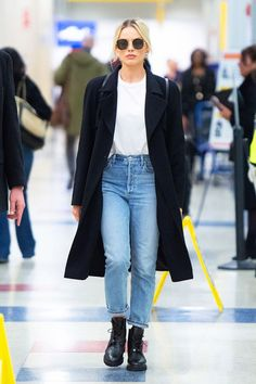 Margot Robbie Flew 7 Hours in the Jeans I'll Never Wear to the Airport Again Margot Robbie's travel outfit is incredibly chic, but her rigid jeans aren't the most comfortable option. Moda Jeans, Lässigen Jeans, High Jeans, Mode Outfits, Jean Outfits, Casual Outfits, Outfit Jeans, Jeans Casual, Margot Robbie Style