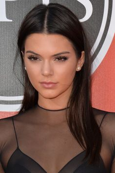 Kendall Jenner Straight Dark Brown Side Part Hairstyle Kendall Jenner Make Up, Kendall Jenner Outfits, Kendall Jenner Hair Color, Side Part Hairstyles, 2015 Hairstyles, Brunette Hairstyles, Steal Her Style, Jenner Makeup, Camila