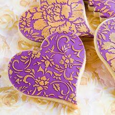 Beautiful purple and gold heart cookies Milk Cookies, Fancy Cookies, Valentine Cookies, Iced Cookies, Valentines Day Hearts, Royal Icing Cookies, How To Make Cookies, Cupcake Cookies, Sugar Cookies