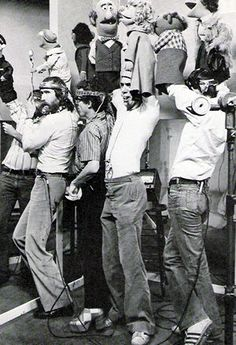 Jim Henson and his crew giving life to the muppets. Kermit And Miss Piggy, Kermit The Frog, Jim Henson, Living Puppets, Children Of The Revolution, Mejores Series Tv, Sesame Street Muppets, Street Magic, Fraggle Rock