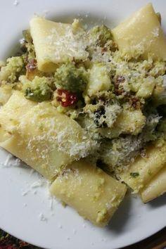 Pacchero pastificio dei campi con broccolo romano,  peperoncino,  parmigiano reggiano 36 mesi e olio extravergine d'oliva