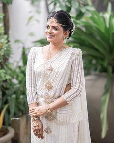 White Saree Wedding, Sari Wedding Dresses, White Bridal, Elegant Wedding Dress, Wedding Attire, Wedding Bride, Bridal Dresses, Wedding Reception, Bouquet Wedding