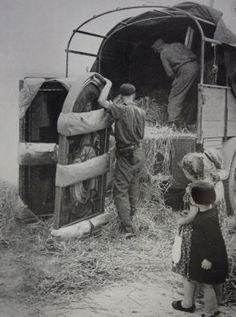 Foto do Exército Nazi, que registam a retirada de obras de arte.Em Itália, ao colocar,  em um caminhão, quadros do pintor Piero del Pollaiolo para transporte.