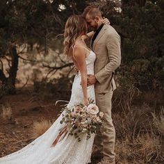 Forever has never looked so good ✨ The dress, the hair, the bouquet, the look = absolute perfection. Love this shot by @dawn_photo ✨ Tag someone you know who would love this! . . .
