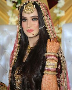Want to wear coloured lenses on your wedding day? Check out this guide to choose the right color for that dramatic eye look only on ShaadiWish. Pakistani Bridal Makeup, Indian Bridal Outfits, Pakistani Wedding Dresses, Bollywood Wedding, Bridal Lehenga, Bridal Makeup Looks, Bridal Looks, Indian Wedding Bride, Bridal Bangles