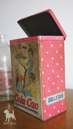 Lata Cola-Cao, antigua lata de chocolatada de los años ´60 de nacionalidad española. Vintage Tins, Retro Vintage, Vintage Packaging, Tin Boxes, Sweet Memories, My Memory, Vintage Designs, Decoupage, Diy And Crafts