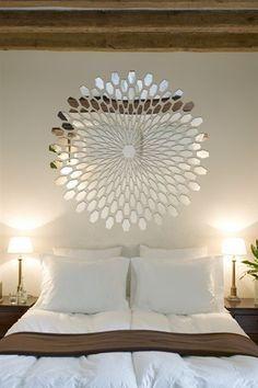 Ideias de decoração com espelhos em formatos e tamanhos diferentes.