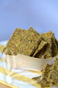 """""""Sforno"""" spesso crackers crudisti, insieme alle Chips di verdure sono sempre presenti in tavola. Questi nuovi crackers di zucchina ci hanno conquistato, dal sapore fresco e pungente si gustano con piacere come accompagnamento o come sfizioso intermezzo. Sarà davvero impossibile resistere, il loro sapore vi conquisterà. Ingredienti: 550 gr di zucchine 100 gr di anarcardi … Raw Vegan Recipes, Healthy Recipes, Kinds Of Vegetables, Dehydrator Recipes, Dehydrated Food, Antipasto, Finger Foods, Crackers, Food And Drink"""