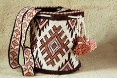 Mochila tas wayuu techniek haak met traditionele native. Deze aanbieding is voor een aanpassing van de traditionele wayuu mochila tas met behulp van dezelfde steek en techniek maar met de flair van een boho in een emmer zakken stijl. Deze mochila volledig hand haakwerk in spiraal. We haak deze tas voor je tot 1 maand. De gebruikte vezel is zeer duurzaam langdurige materiaal, het gewicht goed kan dragen en heeft bekleed   Diameter: 25 cm (9,8 ) Hoog: 31 cm (12,2) Bandje: 121cm (47,6 )…