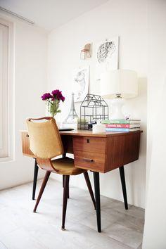 The desk of Elisah Jacobs from Interior Junkie | Chapter Friday #pin_it @mundodascasas www.mundodascasas.com.br