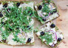 Pizza na brokułowym spodzie to kolejna lchf pizza, a więc pizza bez mąki i bezglutenowa, która perfekcyjnie zaspokaja głód na LCHF diecie...Składniki: 260 g brokułu, 40 g mąki migdałowej, 12 g błonnika vitalnego, 2 duże jajka, ½ łyżeczki soli 150 g mozzarella, utartej 15 czarnych oliwek 3 łyżki pomidorowego pesto