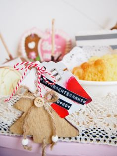 Weihnachtsmarkt to go, DIY, Mini Candy Bar, Winterhochzeit, Weihnachten, Pfefferkuchen, Plätzchen, gebrannte Mandeln Winter Diy, Bar, Gingerbread Cookies, To Go, Gift Wrapping, Candy, Inspiration, Mini, Desserts