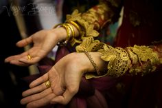 Traditional vietnamese wedding jewelry Virginie Bourque Photographie www.virginiebourque.com #wedding #weddingphotography #vietnamesewedding #traditional #vietnameseoutfit #traditional outfit #traditionalhat #bride #vietnam #aodai #couple #husbandandwife