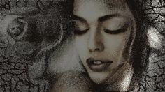 Карандашный портрет девушки, постепенно обретающий краски, рядом нарисованная карандашом роза и трещины на полотне освещаются скользящим лучом света