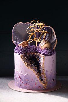 Cake Decorating Frosting, Creative Cake Decorating, Cake Decorating Designs, Cool Cake Designs, Cake Decorating Techniques, Creative Cakes, Candy Birthday Cakes, Elegant Birthday Cakes, Beautiful Birthday Cakes