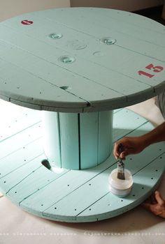 Cuando apliquemos chalk paint sobre piezas que vayan a tener mucho uso, lo más conveniente es sustituir cera por barniz. www.tintura.es
