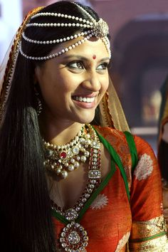 Konkona -- Love her loose hair and head-jewelry combination, India Indian Wedding Bride, Indian Wedding Jewelry, Indian Jewelry, Indian Weddings, Ethnic Jewelry, Indian Bridal Makeup, Asian Bridal, Indian Attire, Indian Outfits