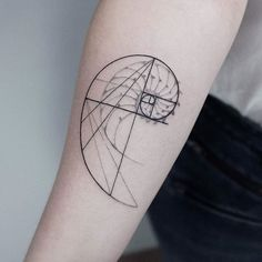 Fibonacci tattoo designs are among the most interesting and aesthetic geometry tattoos. In mathematics, Fibonacci numbers represent an integer sequence in which each number is the sum of the two preceding numbers and so on). Fibonacci Tattoo, Tatouage Fibonacci, Fractal Tattoo, Mandala Tattoo, Line Tattoos, Body Art Tattoos, Small Tattoos, Sleeve Tattoos, Xoil Tattoos